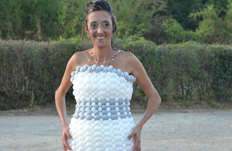 Défilé de mode en robes de ballons, la sculpture artistique